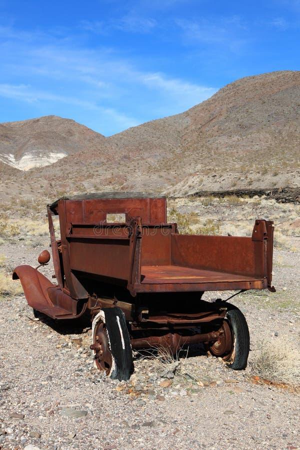 Oude geroeste auto in troepwerf stock foto's