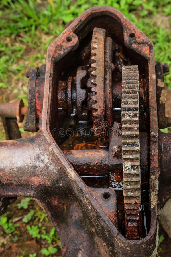 Oude geroeste versnellingsbak stock fotografie