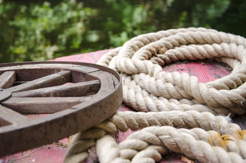 Oude gerolde kabels en een roestig wiel royalty-vrije stock afbeeldingen
