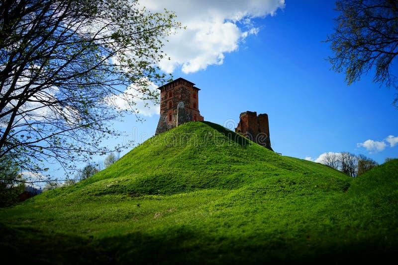 Oude geruïneerde kasteelvesting op een groene heuvel royalty-vrije stock afbeeldingen
