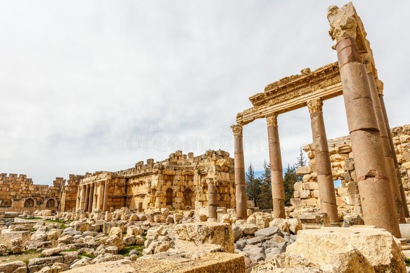 Oude geruïneerde muren en kolommen van Groot Hof van de tempel van Jupiter, Beqaa-Vallei, Baalbeck, Libanon royalty-vrije stock fotografie