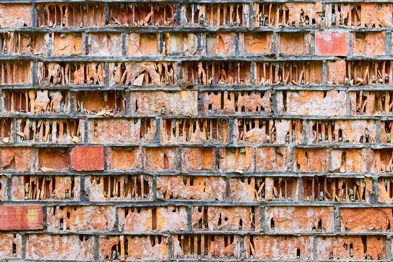 oude geruïneerde muur van rode beschadigde bakstenen zoals een boek in een bibliotheek royalty-vrije stock afbeelding