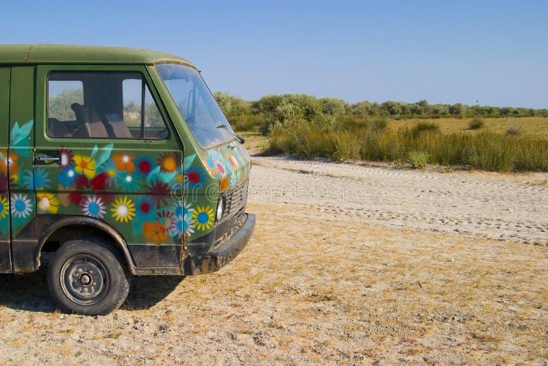 Oude Geschilderde Bestelwagen in de woestijn stock fotografie