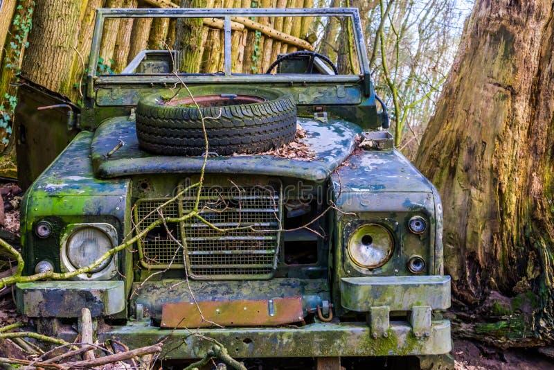 Oude gesloopte jeep in een bos, verlaten voertuig, safaridecoratie stock foto