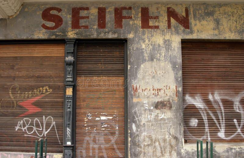 Oude gesloten zeepwinkel stock foto
