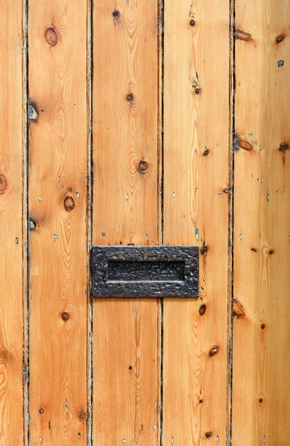 Oude gestreepte houten deur met het vakje van de metaalbrief stock afbeeldingen