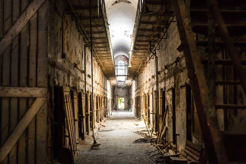 Oude gevangenis donkere gang royalty-vrije stock foto