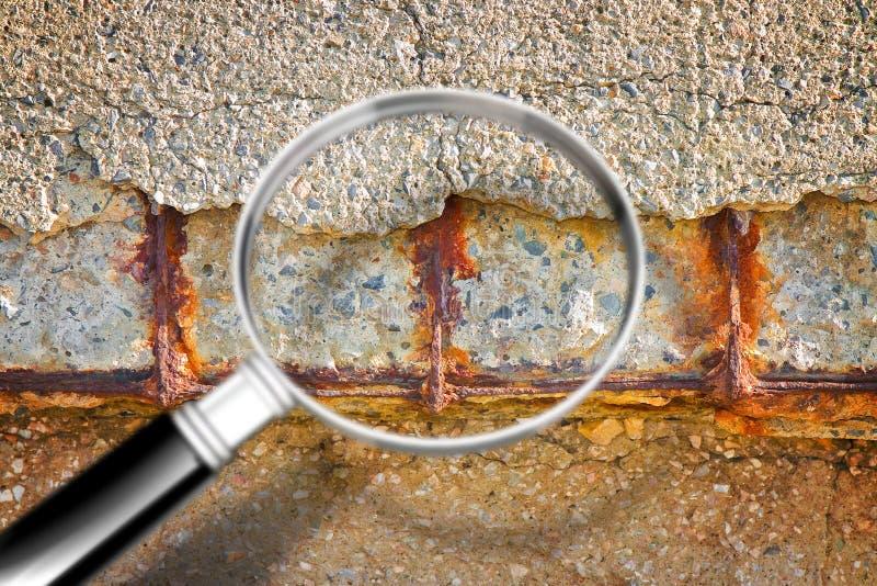 Oude gewapend beton structuur met beschadigde en roestige metaalversterking die moet worden vernietigd - gezien Conceptenbeeld stock fotografie