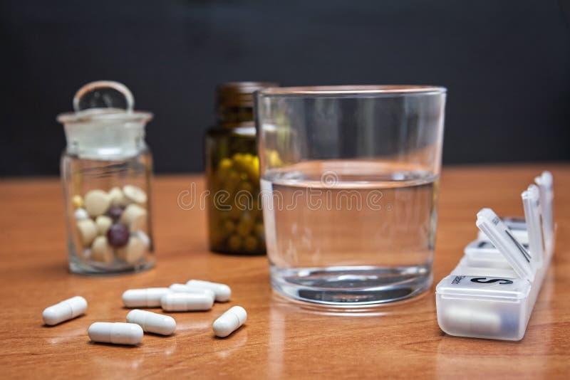 Download Oude Glasfles Met Stootkussens Op De Lijst Stock Foto - Afbeelding bestaande uit drug, geneeskunde: 39102712