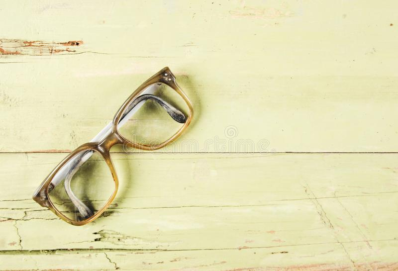 Oude glazen op houten achtergrond stock foto's