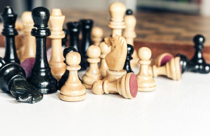 Oude goed gebruikte houten schaakstukken, retro leidingsconcept op witte achtergrond royalty-vrije stock afbeeldingen
