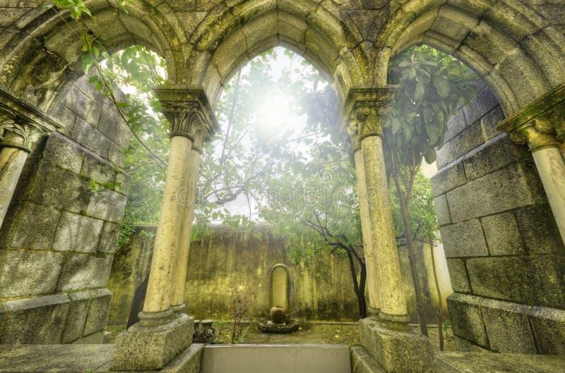 Oude gotische bogen in myst. stock afbeeldingen