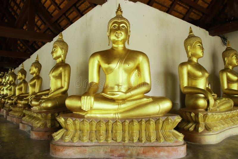 Oude gouden buddhas in de Thaise de tempelkerk van Boedha stock foto