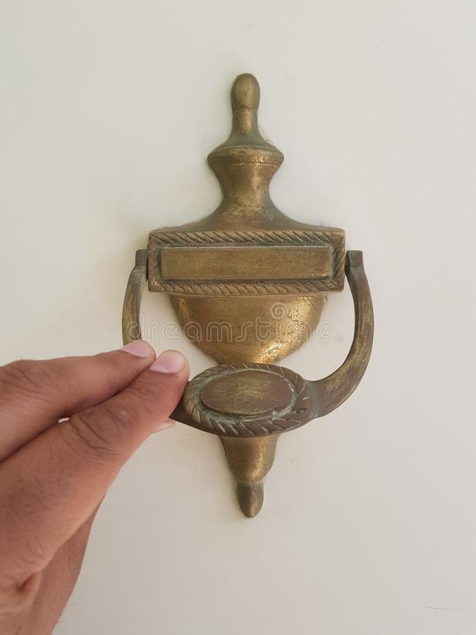 Oude gouden deurkloppers royalty-vrije stock fotografie