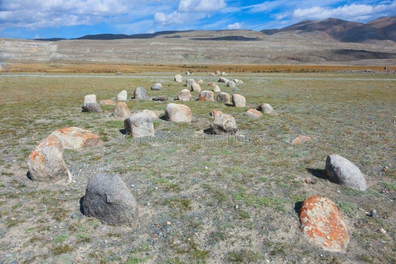 Oude grafzerken in de steppen van Altai stock afbeelding