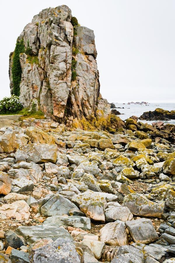Oude granietrots op kust van La het Kanaal royalty-vrije stock foto