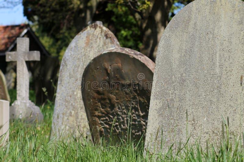 Oude graven in Engelse begraafplaats stock fotografie