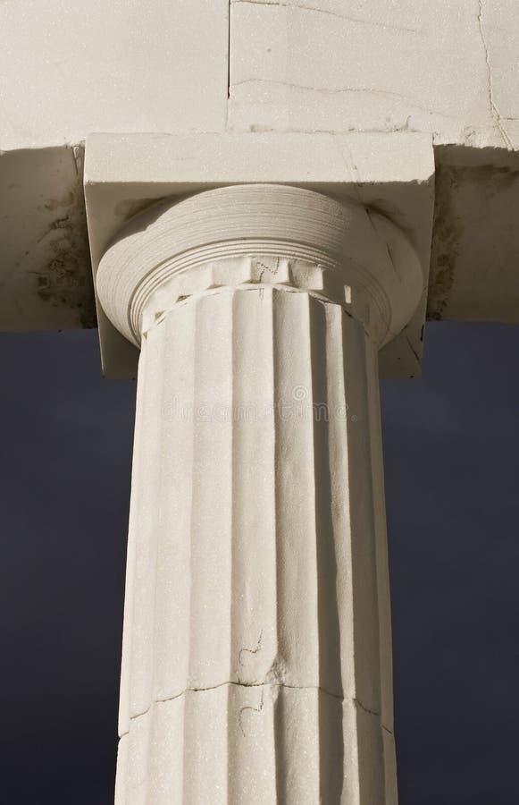 Oude Griekse pijler van Dorisch ritme stock foto's