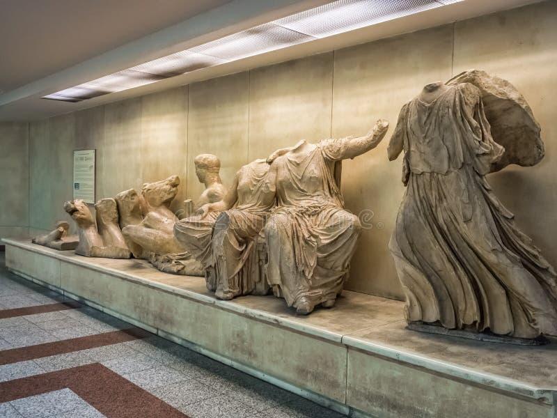 Oude Griekse standbeelden van openbare vrije tentoonstelling in metro of metro post van Akropolis in Athene, Griekenland stock foto's