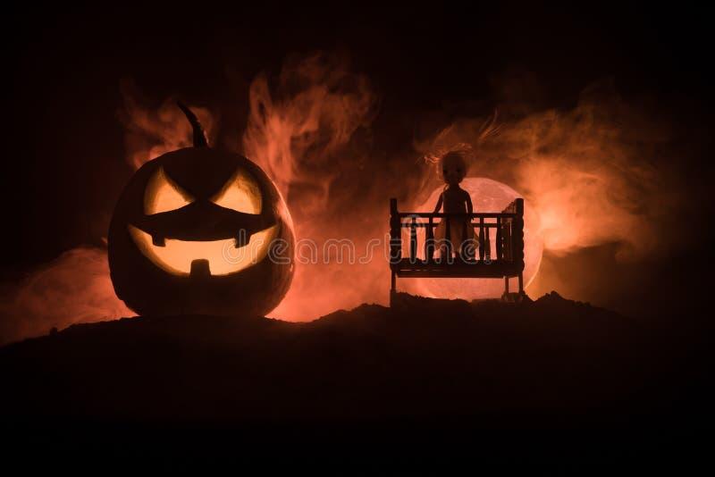 Oude griezelige angstaanjagende houten babyvoederbak op donkere gestemde mistige achtergrond Zij draagt een witte robe Eng baby e vector illustratie