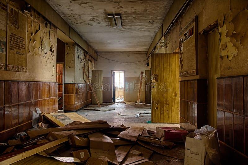 Oude griezelige gang in het verlaten ziekenhuis royalty-vrije stock afbeeldingen