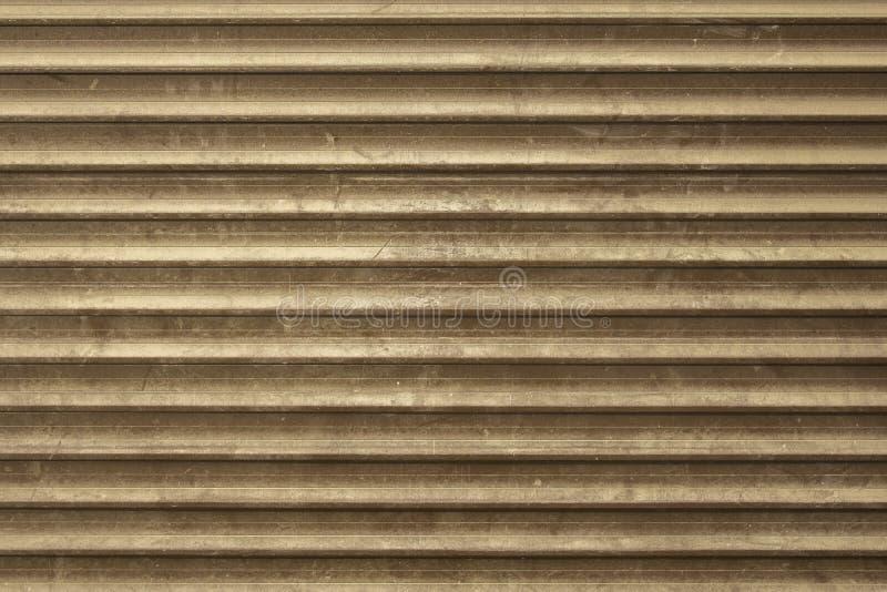 Oude grijze bruine vuile stoffige metaalmuur van de zonneblinden met horizontale lijnen Ruwe Oppervlaktetextuur royalty-vrije stock foto