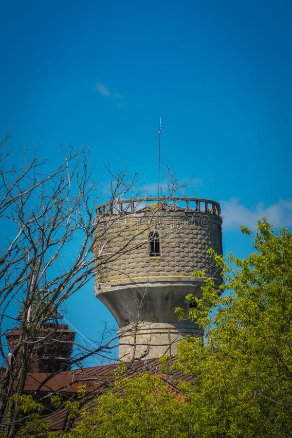 Oude grijze watertoren royalty-vrije stock foto