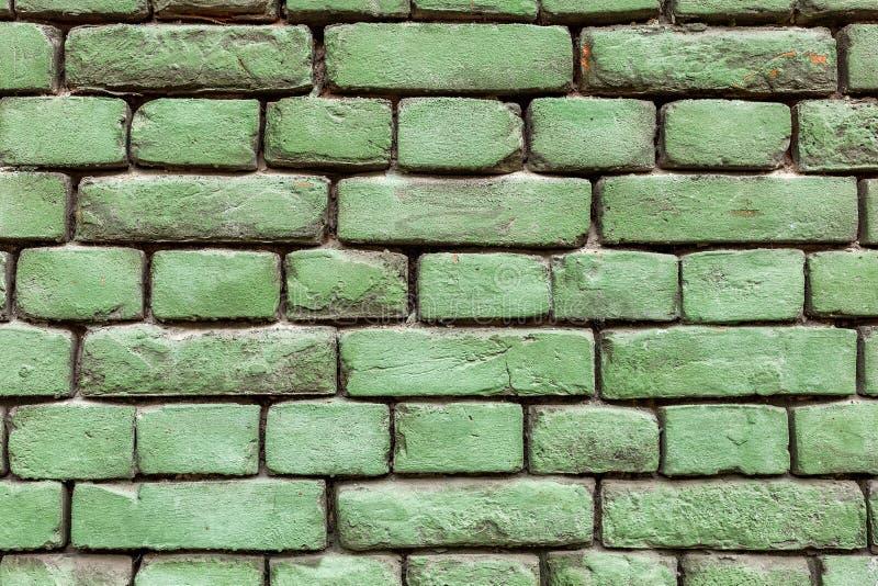 Oude groene bakstenen muur, rustieke textuur, ontwerpachtergrond stock afbeeldingen