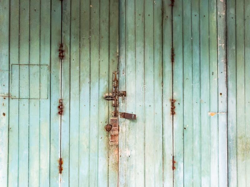 Oude groene houten deuren royalty-vrije stock foto