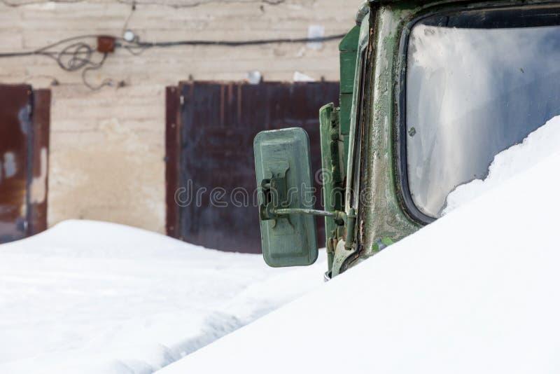 Oude groene legerauto royalty-vrije stock afbeelding