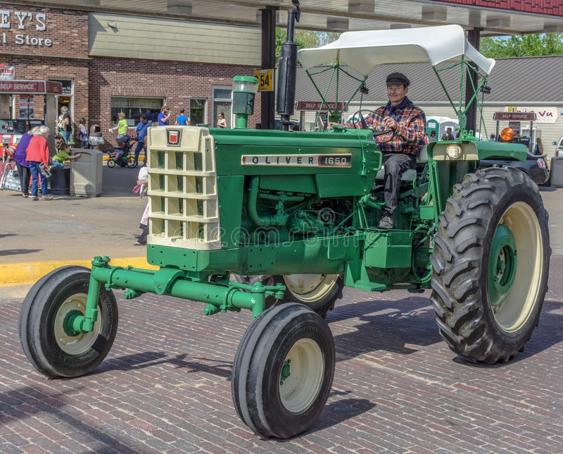 Oude Groene Oliver tractor in Pella, Iowa stock foto's