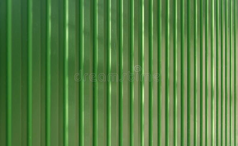 Oude groene omheining met stralen van de zon stock foto