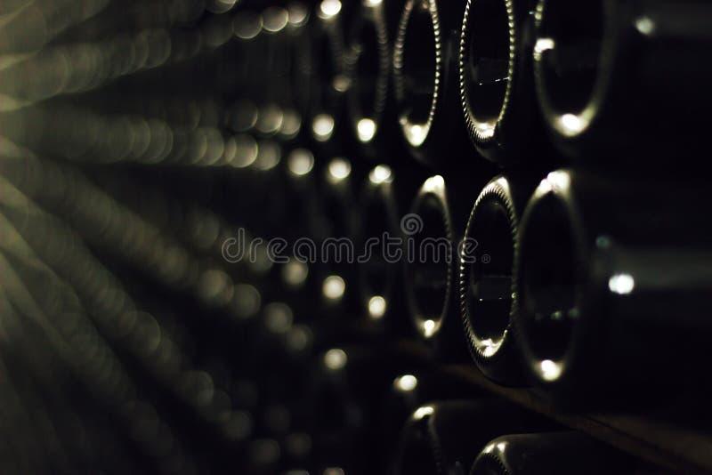 Oude groene wijnflessen stock afbeeldingen