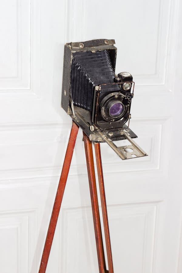 Oude groot formaat fotografische camera met blaasbalgen op houten reis royalty-vrije stock afbeelding