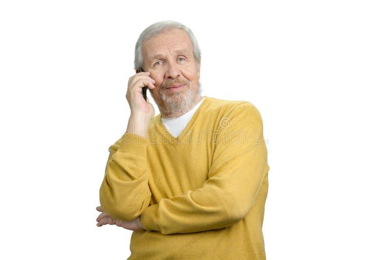 Oude grootvader die op telefoonportret spreken stock fotografie