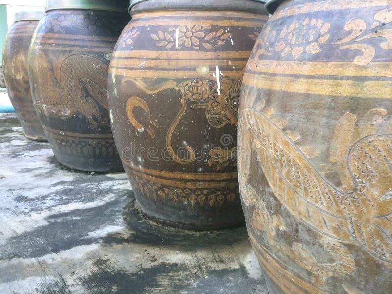 Oude grote aarden kruiktribune in een lijn royalty-vrije stock fotografie