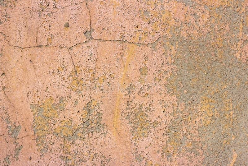 Oude grunge barstte uitstekend vuil roze beton en cementeert de muur van de vormtextuur of vloerachtergrond met doorstane verf stock afbeeldingen