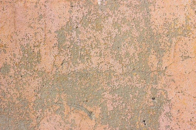 Oude grunge barstte uitstekend vuil roze beton en cementeert de muur van de vormtextuur of vloerachtergrond met doorstane verf royalty-vrije stock fotografie
