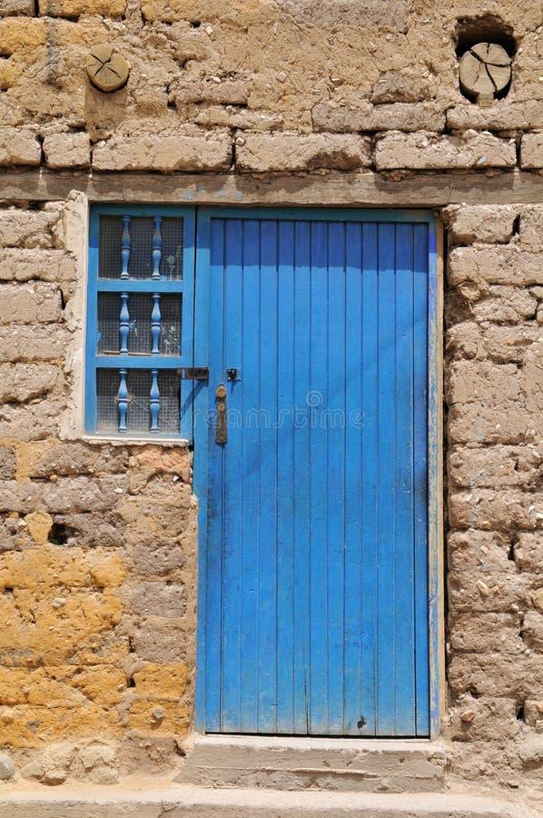 Oude grungy deur met geweven muur stock fotografie