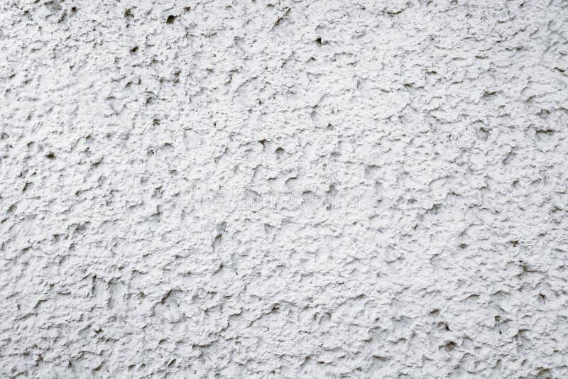 Oude grungy witte en grijze concrete cementmuur met onvolmaaktheden als achtergrond van de ruwe oppervlaktetextuur stock foto's