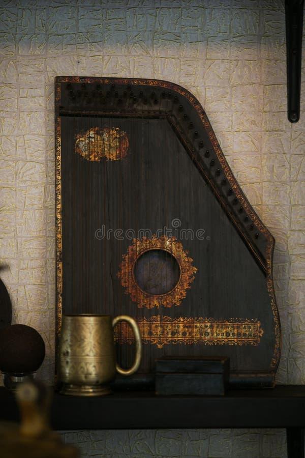 Oude gusli op plank royalty-vrije stock afbeelding