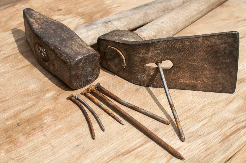 Oude hamer, adze en roestige spijkers royalty-vrije stock foto