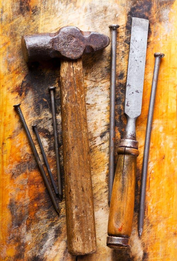Oude hamer en beitel royalty-vrije stock foto's