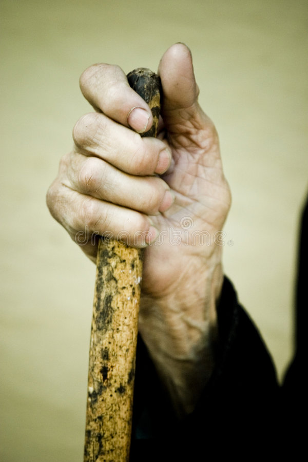 Oude Hand die een Stok houdt stock afbeeldingen