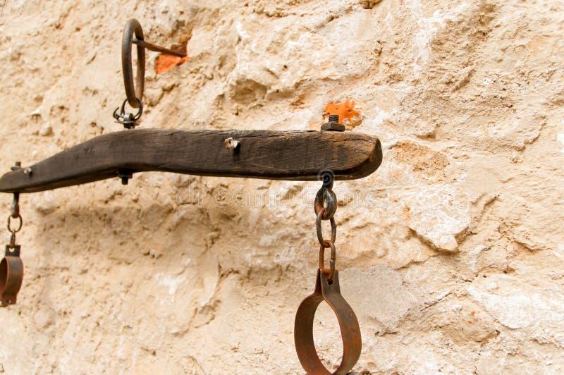 Oude handcuffs stock afbeeldingen