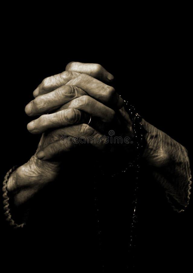 Oude handen (bid) royalty-vrije stock afbeelding