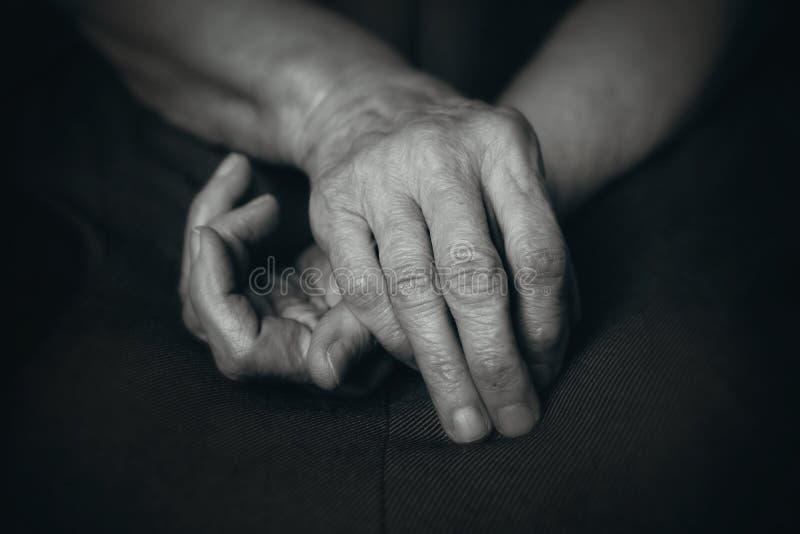 Oude handen van bejaarde stock afbeelding