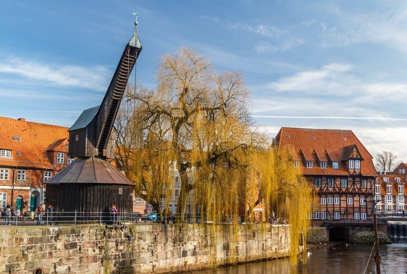 Oude haven en kraan in het historische centrum royalty-vrije stock foto's