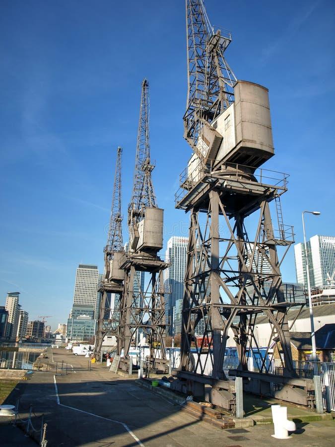 Oude HavendieKranen in Gerenoveerde Docklands worden gevestigd royalty-vrije stock foto's