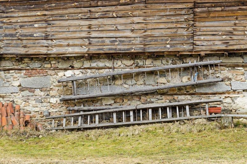 Oude hayloft met steenmuur van onderaan, houten plank van hierboven en kar-ladder in de muur, Koprivshtitsa stock afbeelding